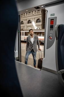 Человек входит в поезд