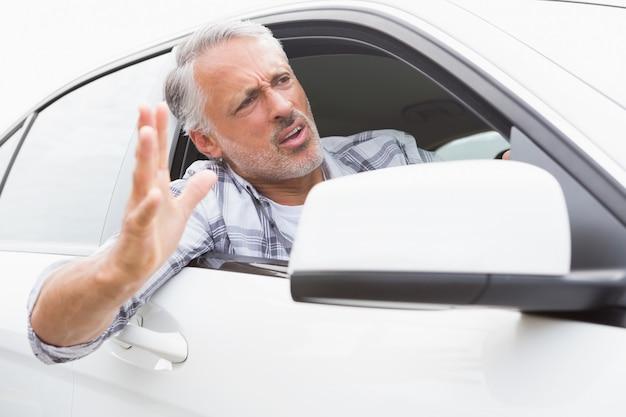 道路怒りを経験している男