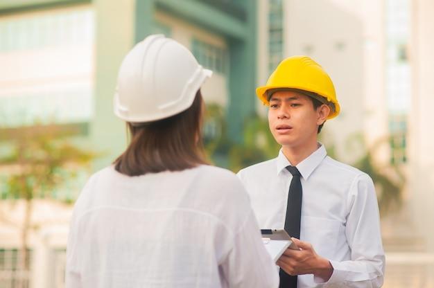 남자는 비즈니스 토론, 작업자 팀워크 말하는 건축가 프로젝트에 대한 여성 설명