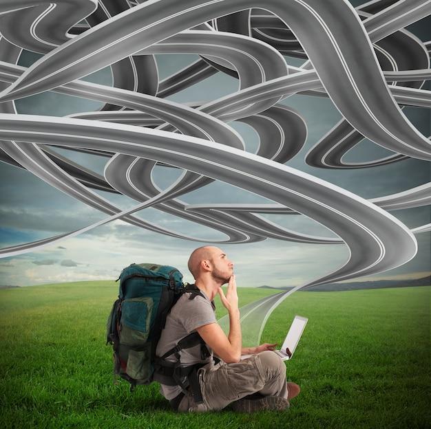 고리로 연결된 도로와 노트북으로 남자 탐색기