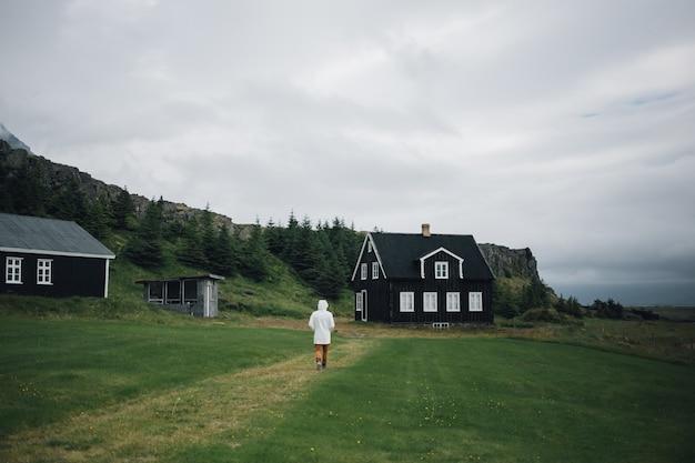男は伝統的なアイスランドの風景を探索します