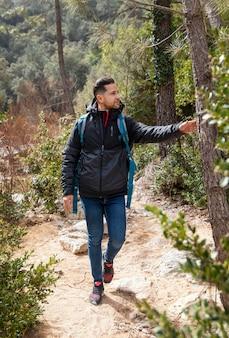 숲을 탐험하는 남자