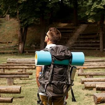 ベンチで公園を探索する男