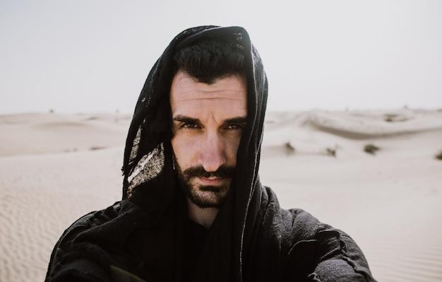 砂漠を探索する男
