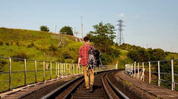 鉄道レールを探索する男