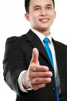 Человек протягивает руку, чтобы пожать