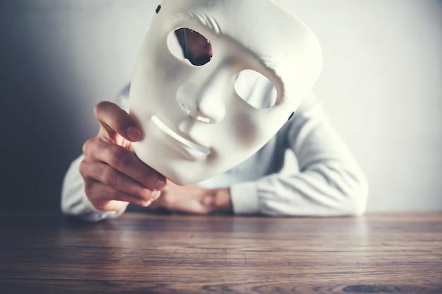暗い背景に男フェイスマスク
