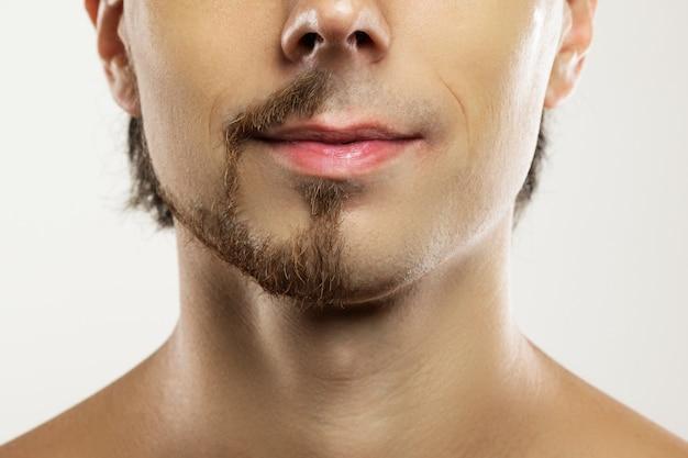 部分的に剃ったあごひげを生やした男の顔。比較の前後。