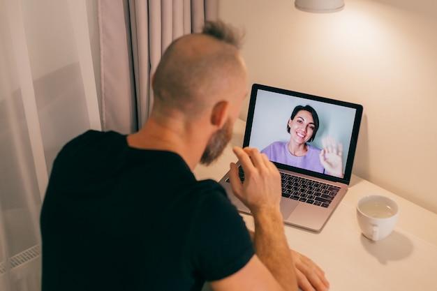 집에서 남자 얼굴 시간, 침실에서 노트북에서 그의 친구 아내 여자 친구에게 전화.