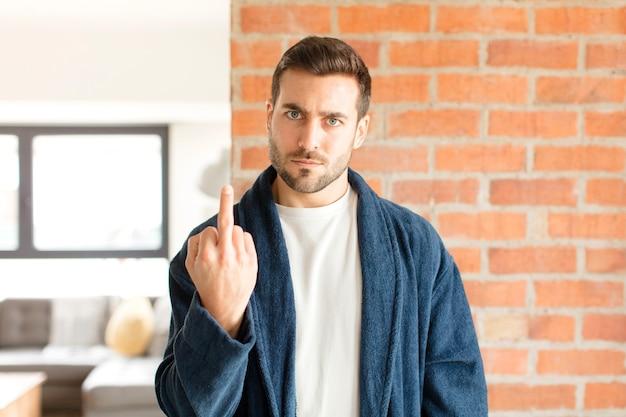 Человек чувствует гнев, раздражение, бунтарь и агрессию, переворачивает средний палец, сопротивляется