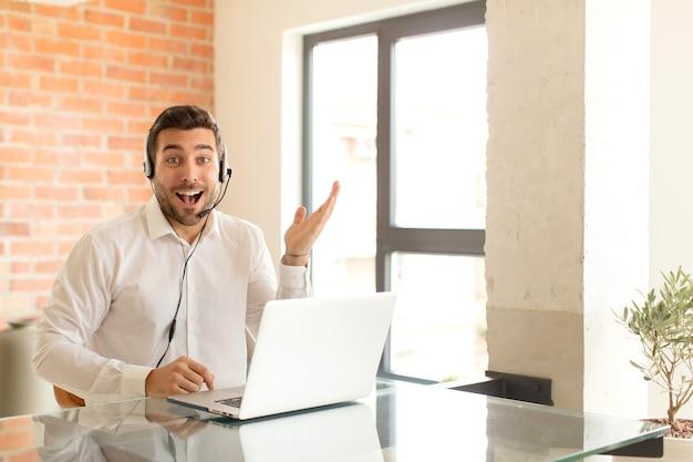 행복하고, 놀라고, 쾌활하고, 긍정적 인 태도로 웃는 남자