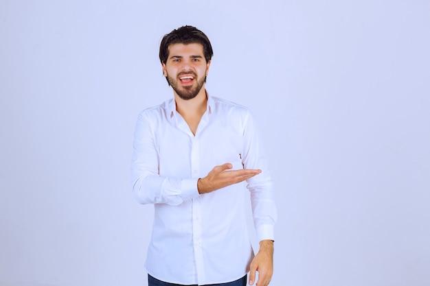 ポジティブな気持ちと笑顔のポーズを与える男。