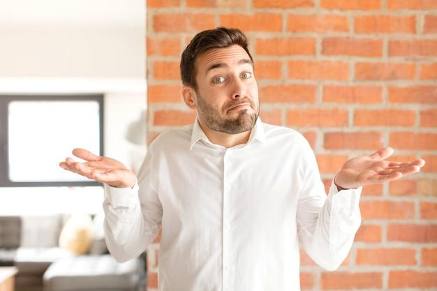 Человек чувствует себя озадаченным и сбитым с толку, сомневается, взвешивает или выбирает разные варианты со смешным выражением лица