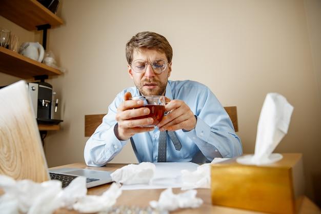 Человек чувствует себя больным и усталым