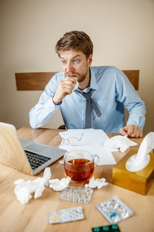 Uomo che si sente male e stanco, lavora a casa