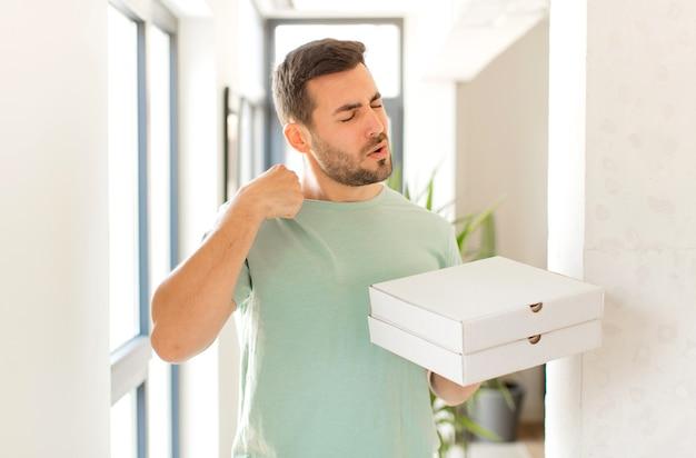 Мужчина чувствует стресс, тревогу, усталость и разочарование, дергает рубашку за шею, мужчина выглядит разочарованным из-за проблемы