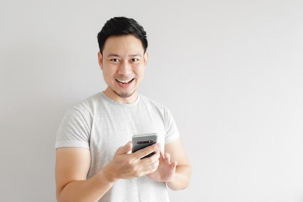 男性はスマートフォンのアプリケーションに満足しています。