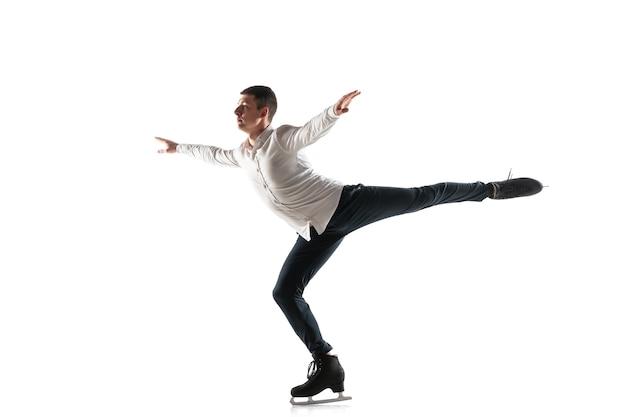 Copyspace와 흰색 스튜디오 backgound에 고립 된 남자 피겨 스케이팅