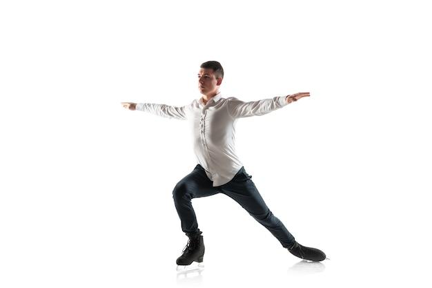 Pattinaggio di figura dell'uomo isolato su sfondo bianco studio con copyspace.