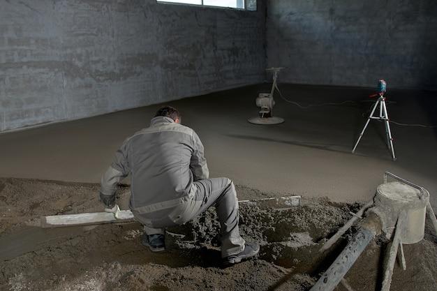コンクリートで床を埋める男