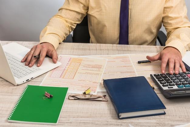 남자는 호주 세금 양식을 작성합니다. 금융 개념