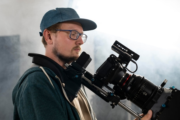 새 영화를 위해 전문 카메라로 촬영하는 남자