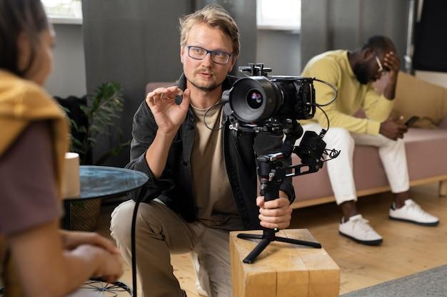 Мужчина снимает на профессиональную камеру новый фильм