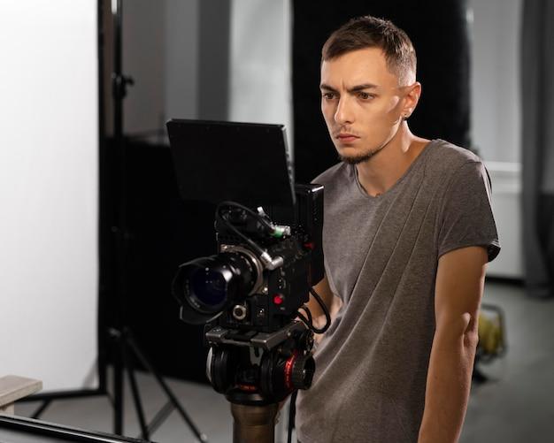 新しい映画のためにプロのカメラで撮影している男