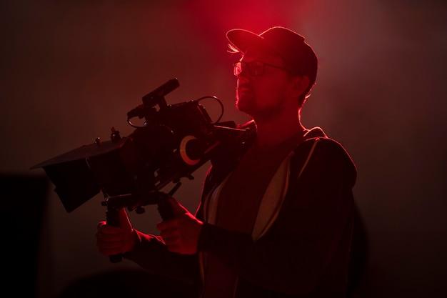 Человек, снимающий на профессиональную камеру