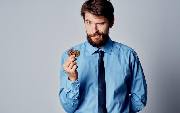 Рубашка финансиста человека с системой электронных платежей криптовалюты галстука. фото высокого качества