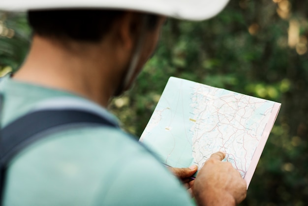 지도를 사용하여 방향을 찾는 사람