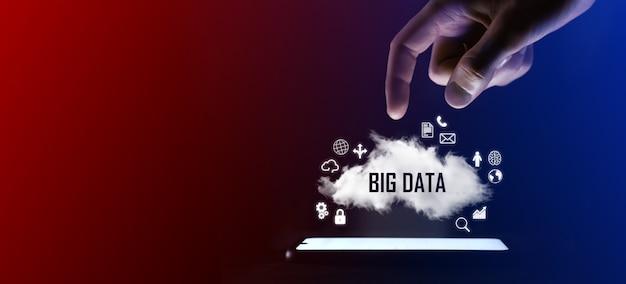 男の指は、大きなデータの単語、碑文.ビジネス テクノロジー、インターネット コンセプトをクリックします。