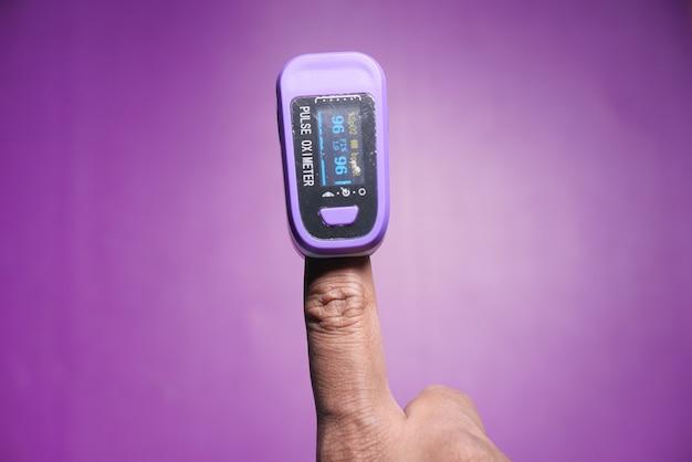 Мужской палец с пульсоксиметром для измерения насыщения кислородом