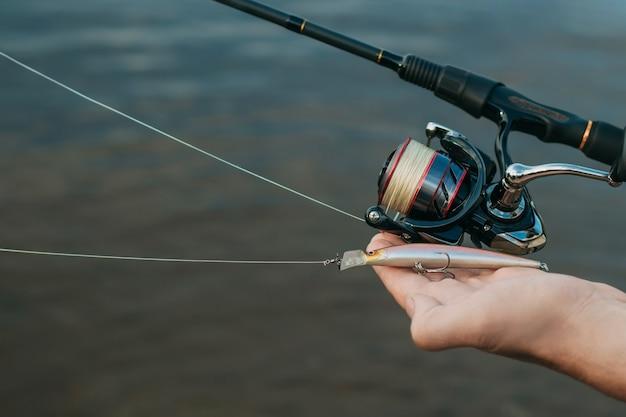 Рыбак человек ловит рыбу
