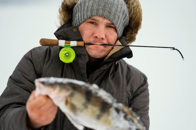 Человек на рыбалке один зимой