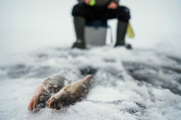 Человек на рыбалке один на улице