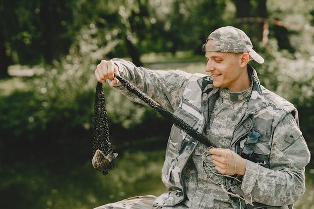 釣り人と釣り竿を握る男