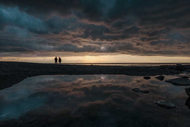 Человек, рыбалка на рассвете на линии горизонта