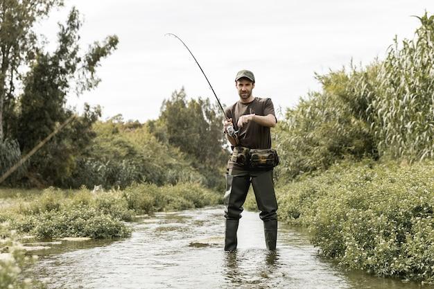 川で釣りをする人 無料写真