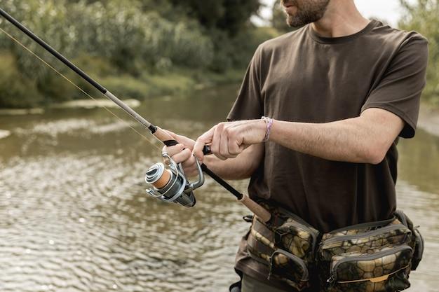 川で釣りをする人 Premium写真