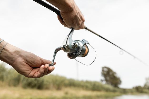 Человек, рыбалка на реке Premium Фотографии