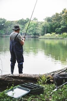 Человек, ловивший рыбу у озера