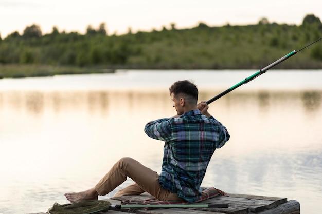 Человек рыбалка полный выстрел