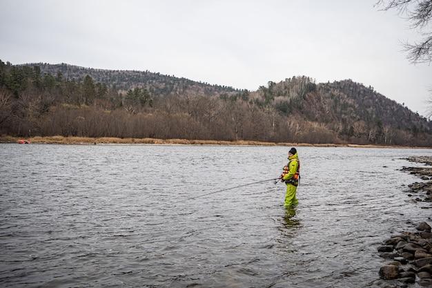 川で釣りをする男