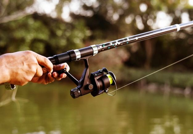 Человек, ловивший рыбу в джунглях