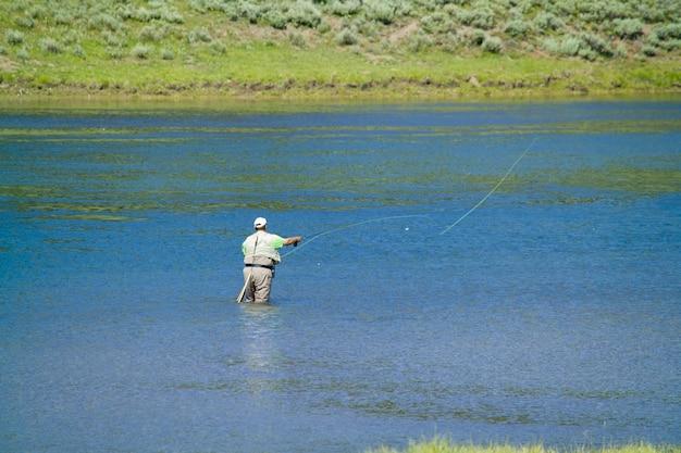 アメリカで最も重要な公園、ワイオミング州イエローストーン国立公園で釣りをする男性