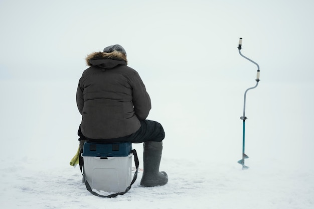 Человек рыбалка со специальным оборудованием на улице