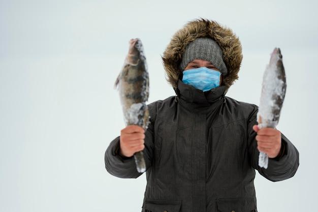 Человек рыбалка со специальным оборудованием