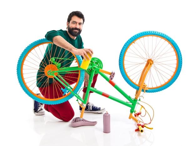 자전거를 고정하는 남자