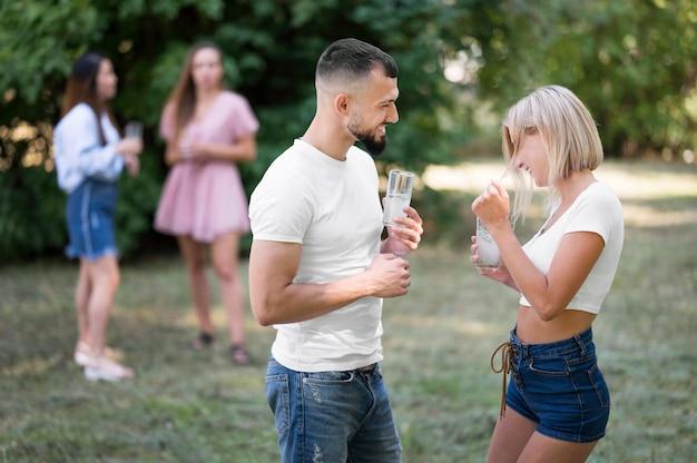 Uomo che flirta con la donna dopo una pandemia all'esterno